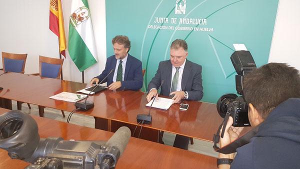 El consejero de Medio Ambiente y Ordenación del Territorio, José Fiscal, presentó en la jornada de ayer en Huelva, junto al delegado del Gobierno andaluz, Francisco José Romero, el presupuesto para 2017 de la Junta de Andalucía.