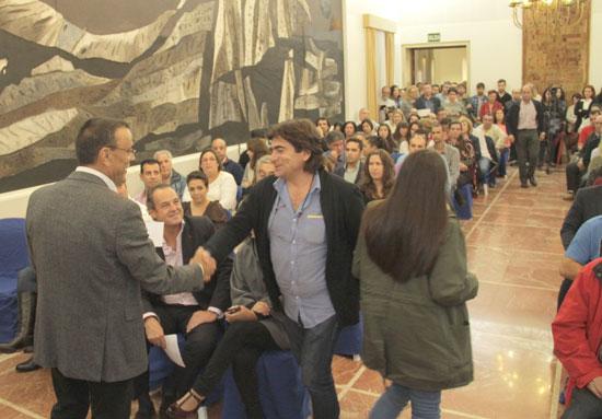 Ignacio Caraballo entrega una de las subvenciones.