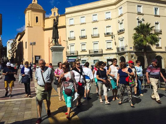 Imagen de turistas en la ciudad de Huelva.
