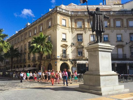 Turistas en la Plaza de las Monjas.