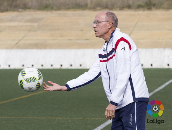 El técnico sportinguista, Antonio Toledo, ofrece un balón durante un encuentro.