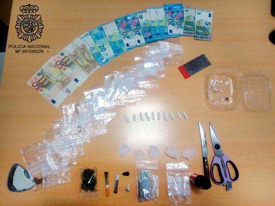 Image de la droga y materiales intervenidos.