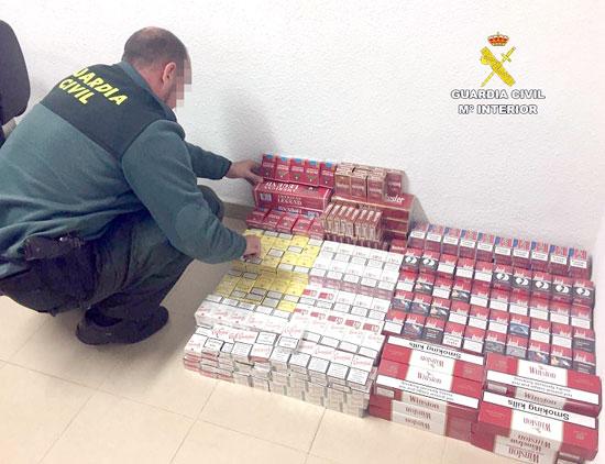 Un agente contabiliza las cajetillas de tabaco incautadas.
