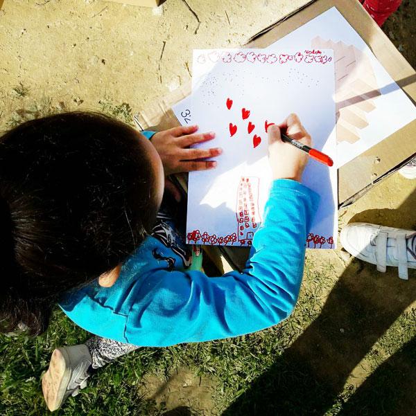 Una niña dibuja el proyecto.