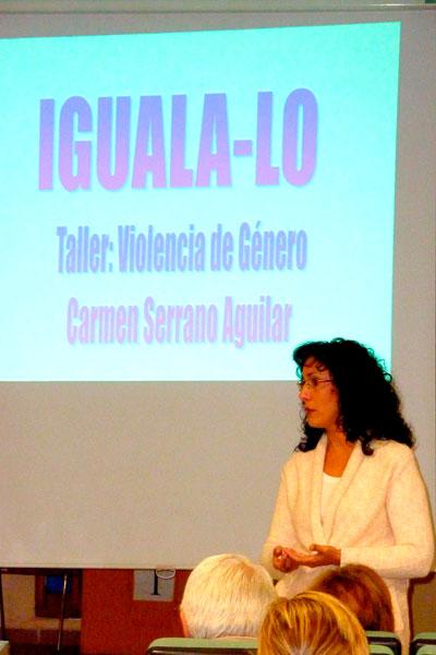 """Carmen Serrano Aguilar durante una sesión del taller """"Iguala-lo""""."""