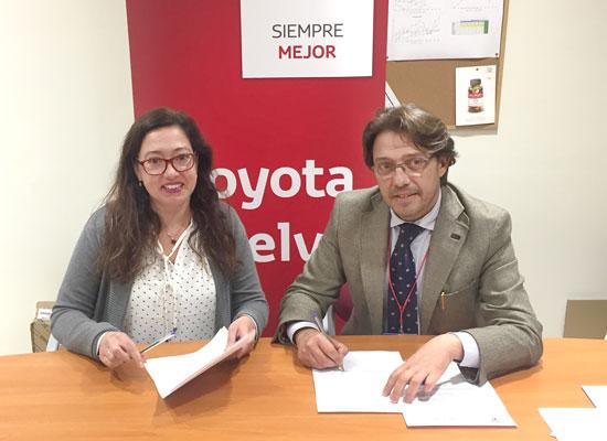 Manuela Romero y Francisco Fernández durante la firma del convenio.