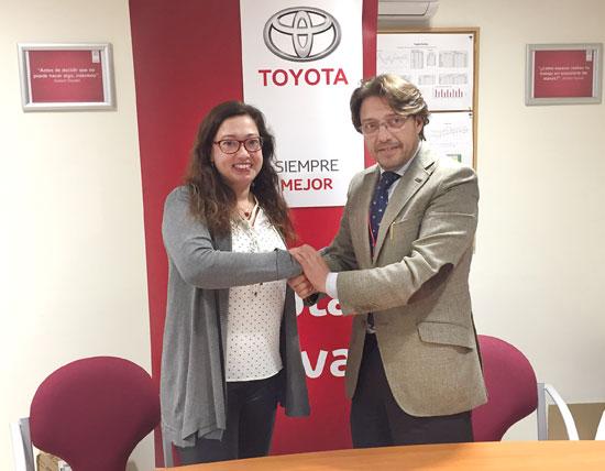 Manuela Romero y Francisco Fernández tras la firma del convenio de colaboración.