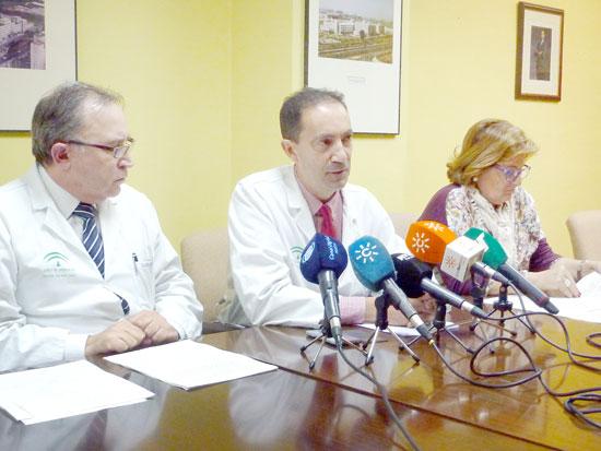 Un momento de la rueda de prensa (de izquierda a derecha José Antonio Otero, director médico del Complejo Hospitalario de Huelva; Juan Bayo, Jefe de Oncología del Complejo Hospitalario de Huelva; e Inés Bonilla, directora médica del Hospital de Riotinto).