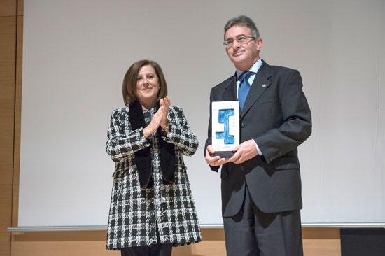 Francisco Ruiz muestra el premio concedido a la UHU.