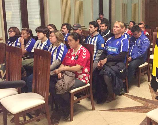 """Imagen de los trabajadores del Recreativo y de la """"Fundación Recre"""" durante un Pleno en el Ayuntamiento de Huelva."""
