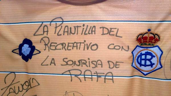 Imagen de la camiseta firmada por los jugadores.