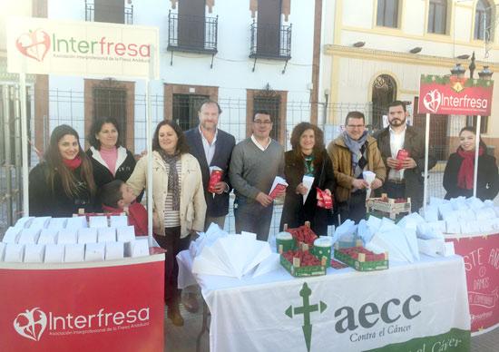 Miembros de la Corporación de San Bartolomé, encabezados por el alcalde, también acompañaron a los directivos de Interfresa y la Junta Local de la AECC a la iniciativa solidaria 'Campanadas con fresas'.