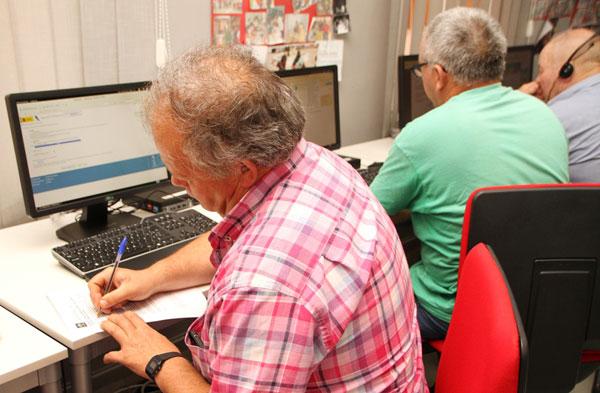 Imagen de personas en un Centro Guadalinfo.