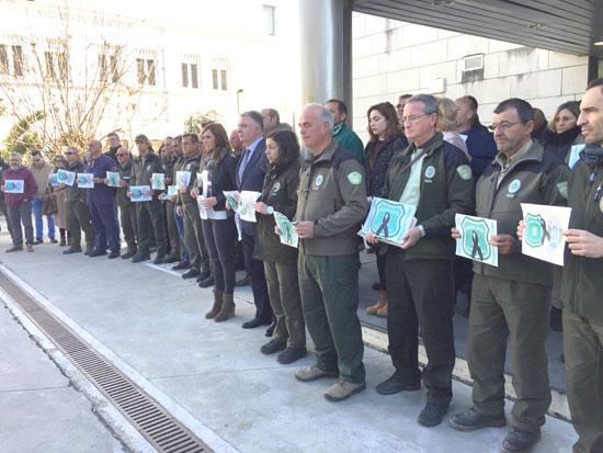 Agentes durante la concentración en la Delegación del Gobierno Andaluz en Huelva.
