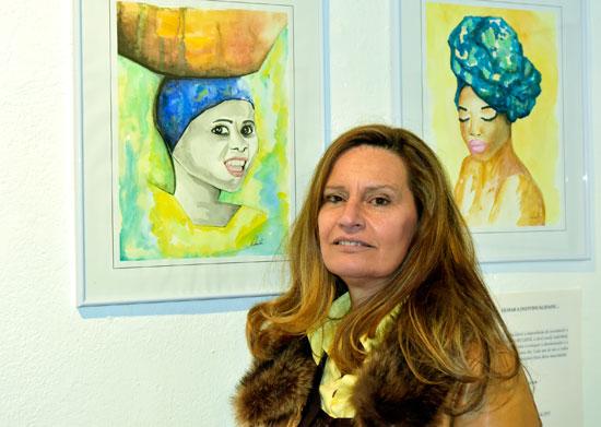 Manuela Santos junto a algunas de sus obras.