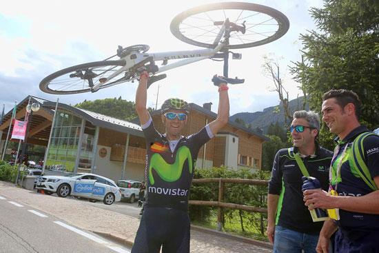 Alejandro Valverde levantando su bicicleta.