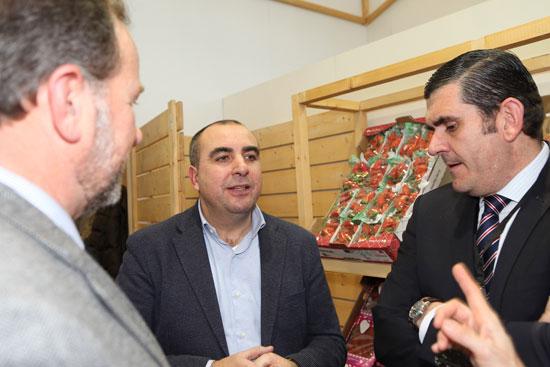 El presidente de Interfresa, José Luis García-Palacios Álvarez, y su gerente, Pedro Marín, hablando con Carlos Cumbreras, gerente de Grufesa.