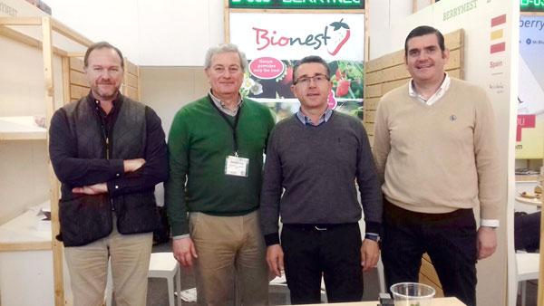 La delegación de Interfresa con Juan Soltero, de Bionest, y Félix Sanz, de Asaja Huelva.