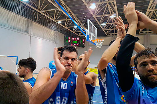 Los jugadores del Telwi CB San Juan celebran su victoria en Andújar
