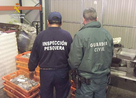 Dos agentes durante la inspección.