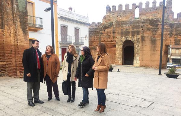 Representantes socialistas durante una visita a la localidad de Niebla.
