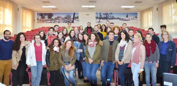 Alumnos universitarios durante una visita.