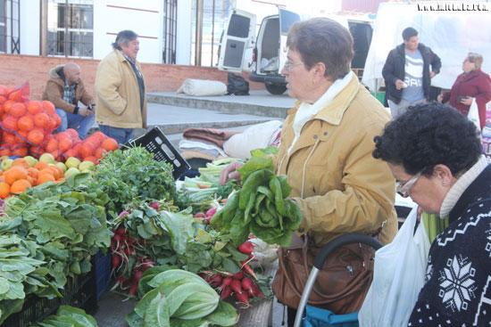 Imagen de una compra de verduras en un mercadillo.