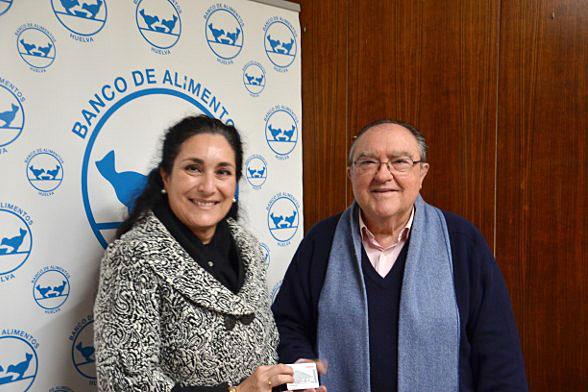 Teresa Millán y Juan Manuel Díaz Cabrera durante la entrega de la tarjeta de carburante en la sede del Banco de Alimentos de Huelva.