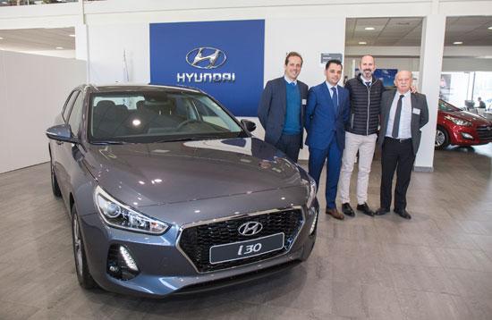 El gerente de Hyundai Syrluz, Eduardo Bacedoni (segundo por la izquierda) acompañado de su equipo de ventas; Juan Manuel Novoa, José Ramón Baltasar y Manuel Camacho.