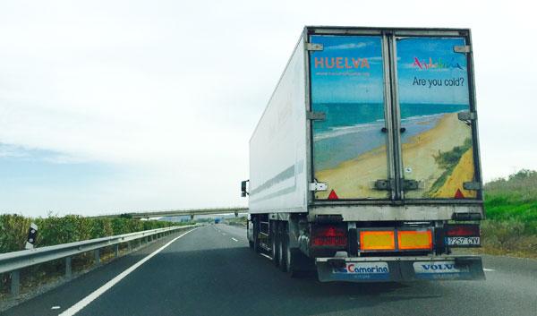 Imagen de los uno de los camiones con la campaña 'Embajadores de Huelva'.
