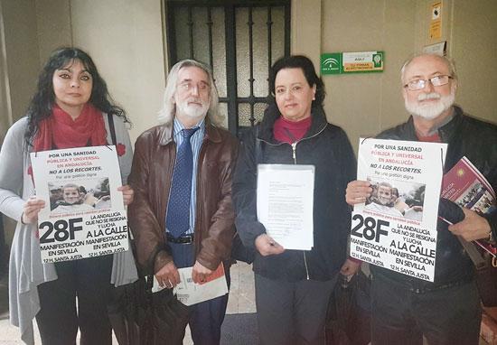 Imagen de los cuatro portavoces del movimiento de la marea blanca ante de realizar el registro del documento en la sede del SAS.
