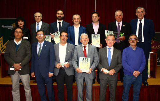 Olibeas entregó los verdiales que patrocina Fundación Caja Rural del Sur, entidad que recibió una distinción con motivo del 75 aniversario de la cooperativa.