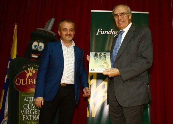 El vicepresidente del Consejo Rector de Caja Rural del Sur, Vicente Rodríguez, recoge el galardón otorgado por la Cooperativa de Olibeas por el apoyo que recibe desde la entidad.