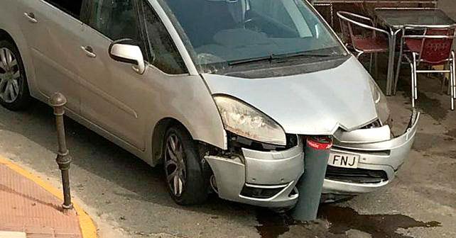 Imagen de un siniestro de un vehículo tras la instalación de los bolardos.