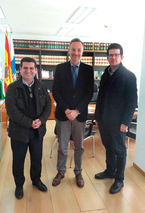 De izquierda a derecha David Toscano Limón, Presidente del COAF, Manuel Gómez Márquez, Teniente de alcalde del Ayuntamiento de Huelva y Alejandro Chamorro, vocal de Deontología del COAF.