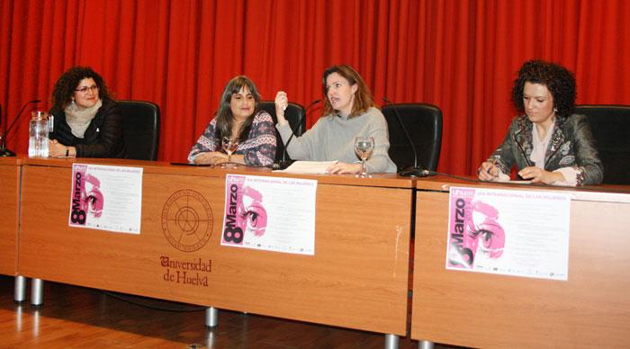 Marisol Palacios, directora de Igualdad de la Universidad de Huelva, ha sido la encargada de presentar a Coral Herrera. El acto ha contado además con la presencia de María Eugenia Limón, vicepresidenta de la Diputación, y Eva Salazar, coordinadora-directora del Instituto Andaluz de la Mujer en Huelva.