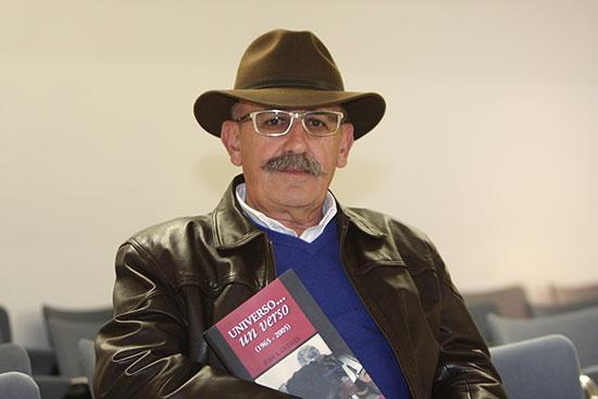 Juan Antonio Guzmán, junto a una de sus obras.
