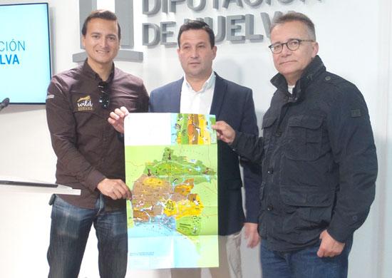 El diputado provincial, Ezequiel Ruíz, el gerente del Patronato Provincial de Turismo, Jordi Martí y Manuel Mojarro, biólogo de la empresa 'Wild Doñana', han presentado en rueda de prensa el nuevo material informativo.