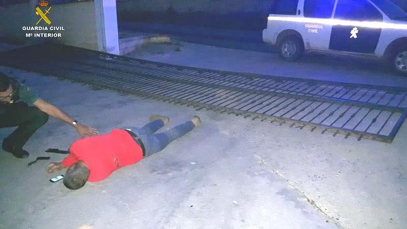 Imagen de un agente atendiendo al accidentado.