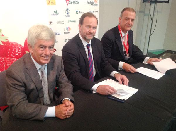Los presidentes de Freshuelva e Interfresa en la firma del acuerdo con el secretario de la Federación Española de Fabricantes de Envases y sus Componentes.