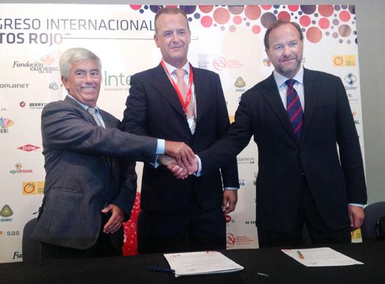 Alberto Garrocho, Alberto Palmí Alcober y José Luis García-Palacios Álvarez tras la firma de un acuerdo que beneficiará a todo el sector.