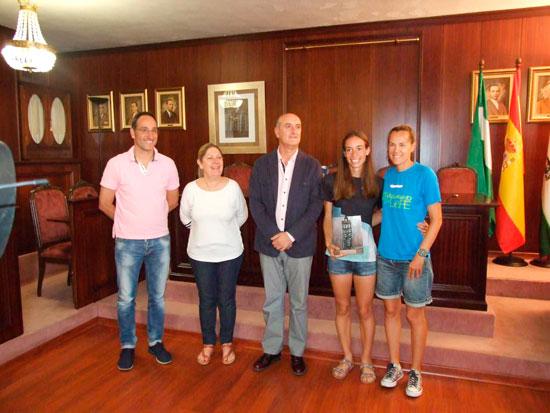 El alcalde de Lepe, Juan Manuel González, junto con la atleta lepera Laura García Caro en una imagen de archivo.