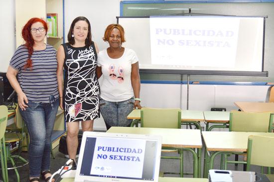 La titular de Igualdad y Bienestar Social del Ayuntamiento Aurora Vélez con Chari López y Maribel Valencia.