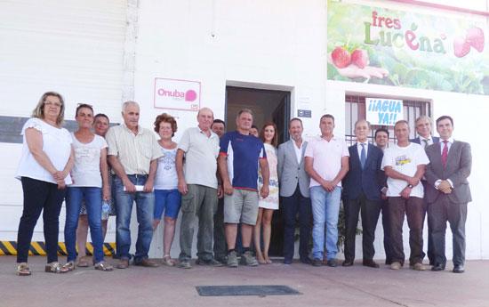En la imagen, el presidente y varios socios de Freslucena junto a los representantes de Caja Rural del Sur y Cajamar Caja Rural.