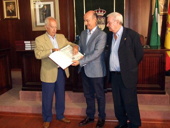 El Alcalde de Lepe, Juan Manuel González junto con Ignacio de Jesús y el que fuese presidente de la Asociación Familiar Virgen Bella, Alfonso Álvarez Borrero.