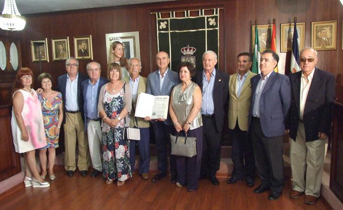 El acto de entrega ha contado además con la asistencia de otros representantes que formaron parte de La Voz de Lepe durante esta etapa y que contribuyeron durante años a su publicación mensual.