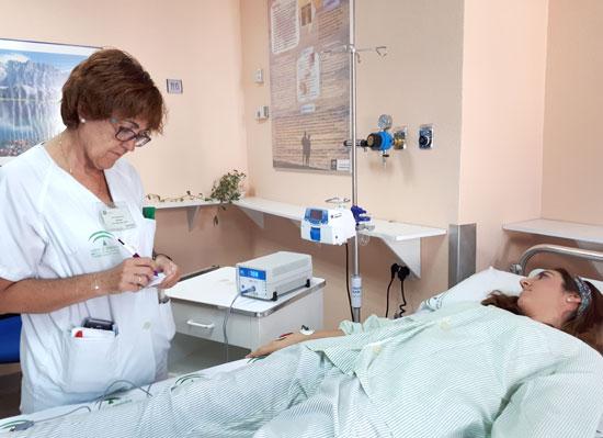 La médico endocrinóloga atiende a un paciente en consulta.