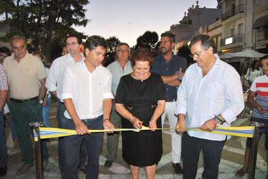 Grao corta la cinta inaugural, junto a González y Guarch.