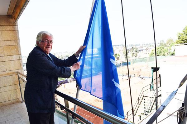 Izada de la bandera de la asistencia gratuita, realizada por el decano, Juan José Domínguez.