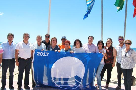La Alcaldesa, Tenientes de Alcalde y Concejales con la Bandera Azul de la Playa-Central.
